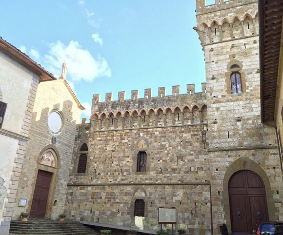 Prédio da abadia com torre lateral e paredes de pedra Blog Vem Por Aqui