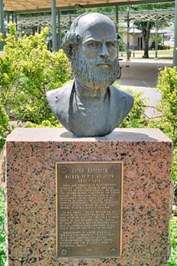 Estátua de Jacob com imagem de homem careca de barba, em cima de granito com placa sobre ele Blog Vem Por Aqui
