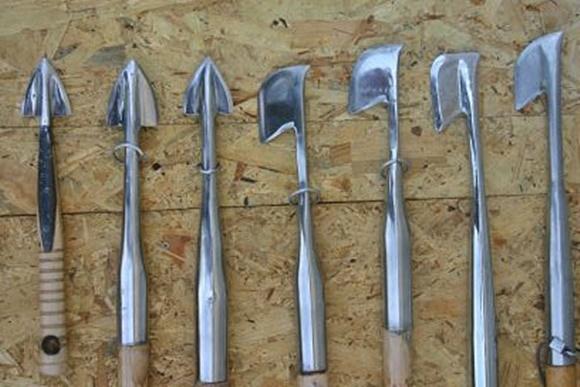 Instrumentos de metal com ponta triangulada e outro ao lado com formato de machadinha, usados para extrair as trufas Blog Vem Por Aqui