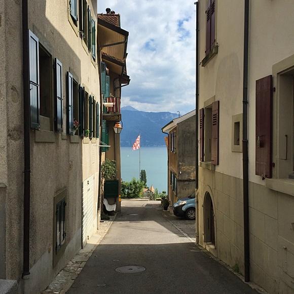 Rua estreita com casas dos dois lados e vista para o mar ao fundo Blog Vem Por Aqui