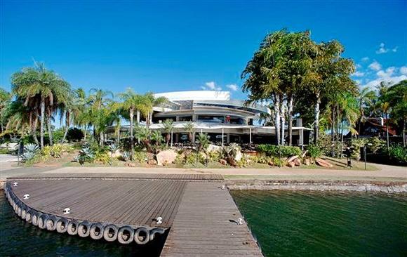 Bierfass visto do pier no lago, casa grande redonda com árvores dos lados Blog Vem Por Aqui