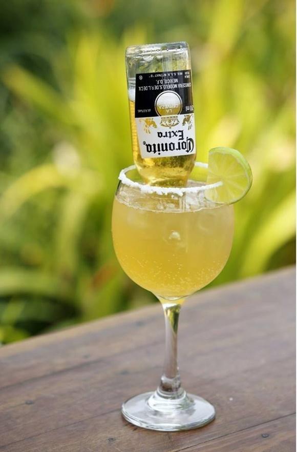 Taça com garrafa de corona de cabeça para baixo, sal e limão na borda Blog Vem Por Aqui