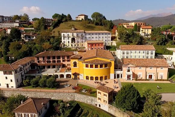 Complexo do colégio com vários prédios, visto do alto Blog Vem Por Aqui
