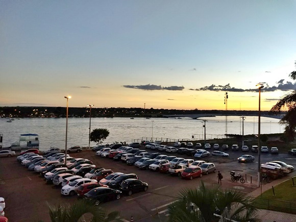 Estacionamento do shopping à beira do lago, visto no entardecer Blog Vem Por Aqui