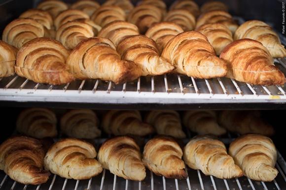 Croissants dentro do forno Blog Vem Por Aqui