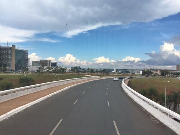 Avenida de Brasília com carro ao fundo Blog Vem Por Aqui