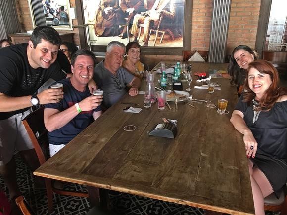 Mesa com Érika e amigos no Empório Santo Antônio Blog Vem Por Aqui