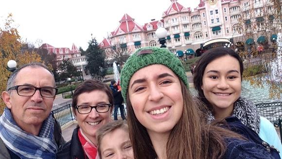 Pai, mãe, irmão e irmão belga e Júlia no canto da foto Blog Vem Por Aqui