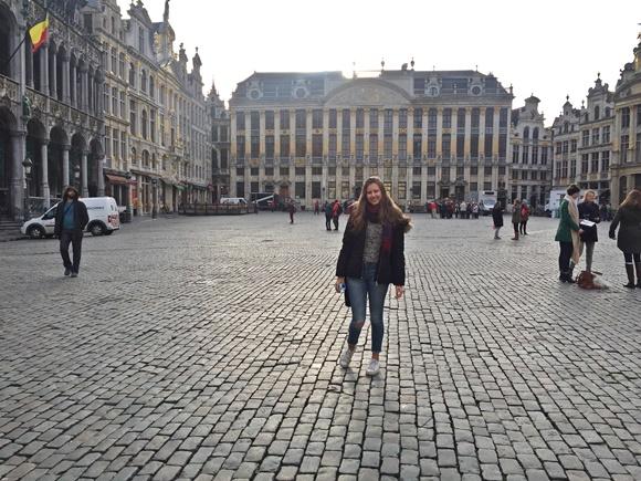 Júlia Alvarenga no meio da Grand Place em Brugges Blog Vem Por Aqui