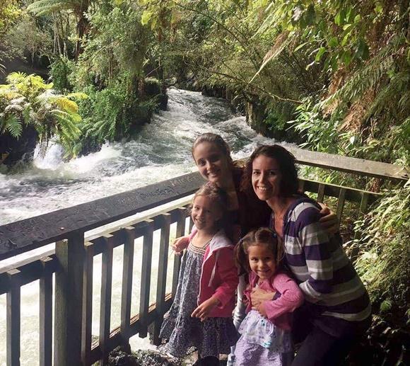 Mariana, as irmãs e a mãe neozelandesa Blog Vem Por Aqui