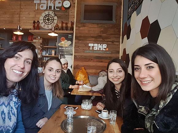 Amigas de Érika numa cafeteria Blog Vem Por Aqui