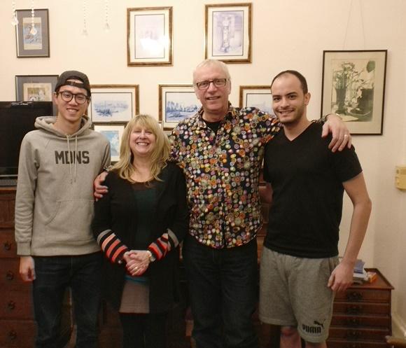 Bruno e os anfitriões dele em Bristol e outro intercambista Blog Vem Por Aqui