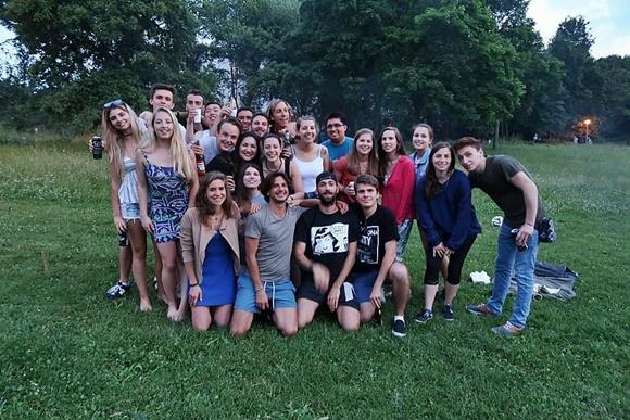 Marcela e os colegas de sala e da república onde morou Blog Vem Por Aqui