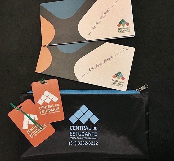 Dois envelopes de vouchers da Central do Estudante com tags para bagagem e bolsa para acomodá-los Blog Vem Por Aqui