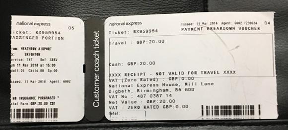 Tiquete da passagem de ônibus com destino indicando de Heathrow para Brigthon