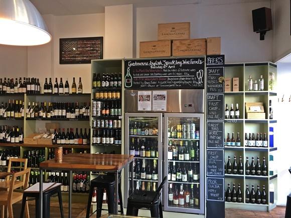 Estante cheia de vinhos do bar Blog Vem Por Aqui