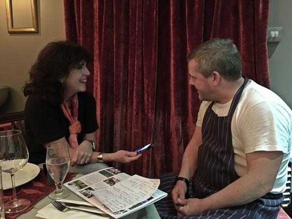 Karen sentada sorrindo diante de Paul Blog Vem Por Aqui