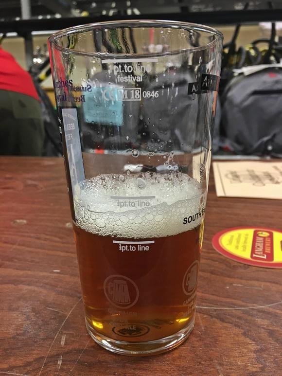 Copo com cerveja na primeira marca Blog Vem Por Aqui