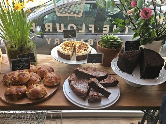 Mesa com dois bolos e pãezinhos Blog Vem Por Aqui