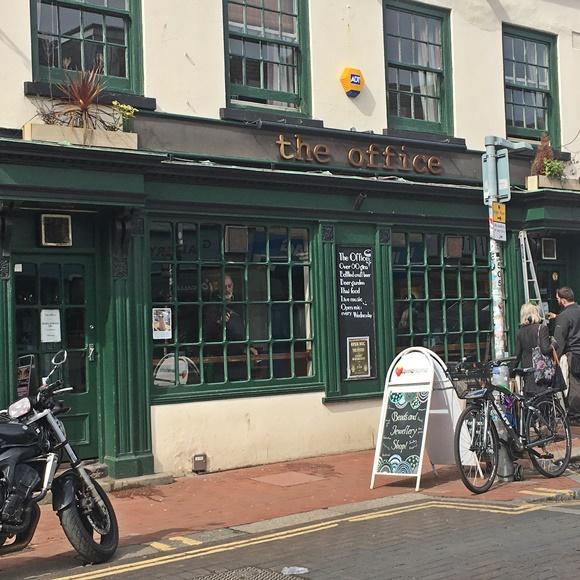 Frente do bar com nome escrito em cima da janela Blog Vem Por Aqui