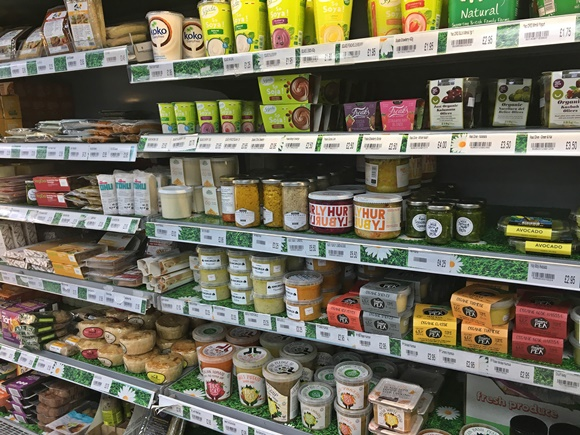 Prateleira cheia de produtos veganos Blog Vem Por Aqui