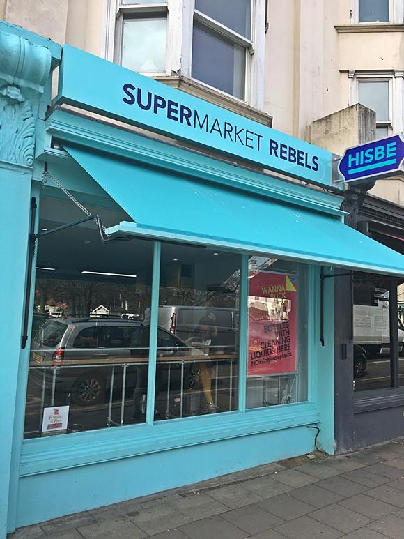 Fachada do supermercado pintada de azul Blog Vem Por Aqui