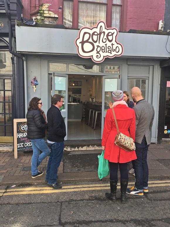 Foto da fachada da sorveteria e pessoas na porta, ouvindo explicações Blog Vem Por Aqui