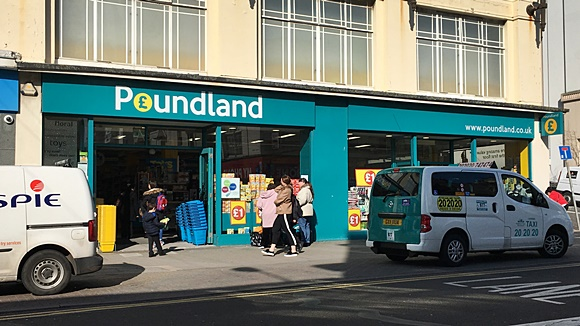 Fachada da Poundland com carros parados nas laterais Blog Vem Por Aqui