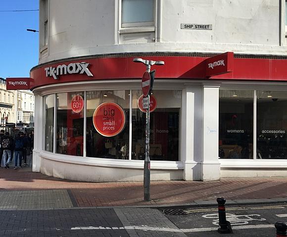Loja na esquina da rua com nome acima das vitrines de vidro e nome da rua da esquina (Ship Street) acima Blog Vem Por Aqui