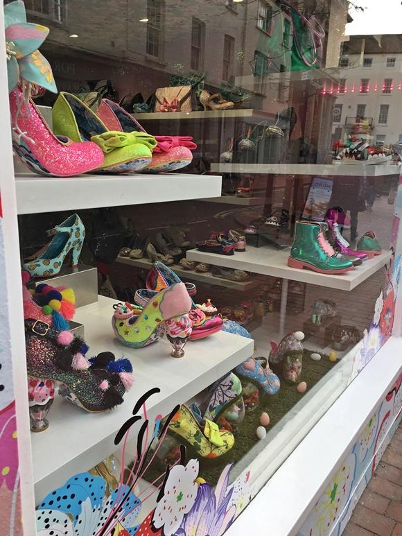 Sapatos muito coloridos e com purpurina ou saltos estilizados Blog Vem Por Aqui