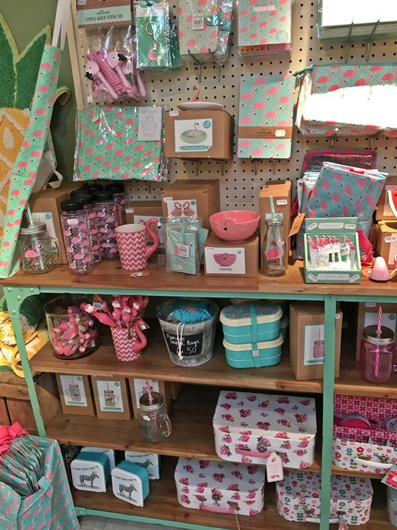 Prateleira cheia de produtos coloridos e com estampas florais ou de bichos simpáticos Blog Vem Por Aqui