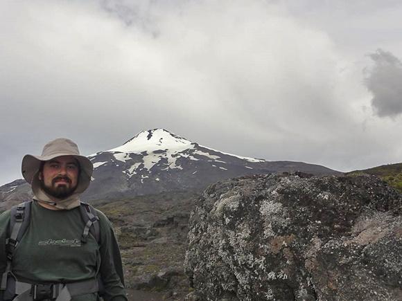 Vitor com o Monte Vila Rica em Pucón ao fungo Blog Vem Por Aqui