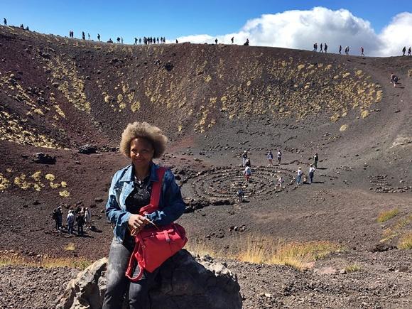 Renilda no vulcão Etna Blog Vem Por Aqui