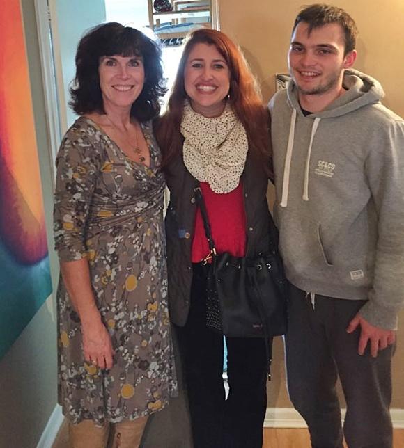 Karen, Érika e Nial abraçados, em pé, sorrindo, de frente para a câmera Blog Vem Por Aqui