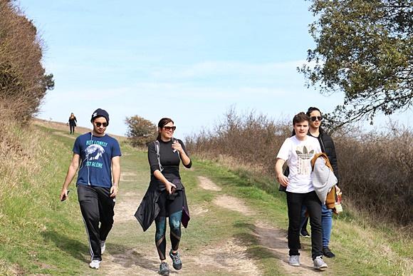 Alunos no meio de uma caminhada com a coordenadora de eventos no meio Blog Vem Por Aqui