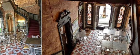Mosaico com doto da escada com corrimão de mármore e carpete vinho diante de chão de mármore em mosaico vinho e branco e mesas de alumínio. Na segunda foto temos o mesmo ambiente visto do ângulo oposto, onde aparecem os vitrais no fundo e um lustre grande, além de uma porta lateral com passador de madeira Blog Vem Por Aqui