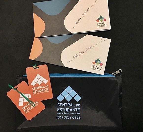 Bolsa com vouchers e tags da viagem com nome da Central e de Érika Blog Vem Por Aqui