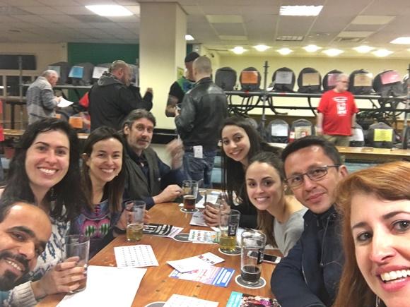 Selfie de Érika na mesa com vários colegas Blog Vem Por Aqui