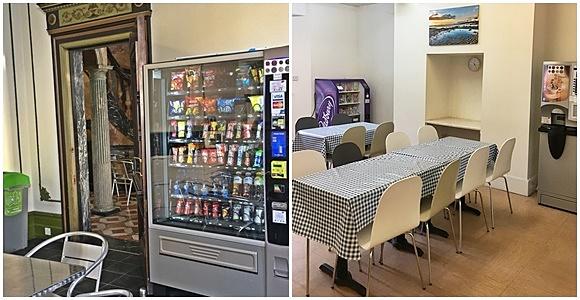 Foto 1 com máquina grande de snacks diante de uma mesa e do lado de uma porta e foto dois com máquina menor atrás de uma mesa menor e mesa grande ao lado de outra máquina, mas de bebida Blog Vem Por Aqui