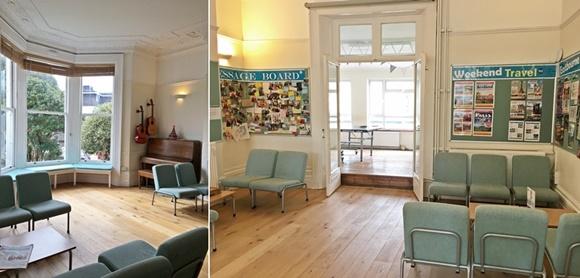 Duas fotos da sala, na primeira grande janela com piano ao lado e sofás individuais em frente, na segunda sofás com murais nas paredes e, ao fundo, sala com mesa de pingue-pongue Blog Vem Por Aqui