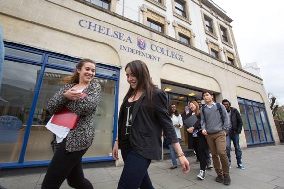 Alunos saindo do prédio do Chelsea College com o nome da instituição na fachada Blog Vem Por Aqui