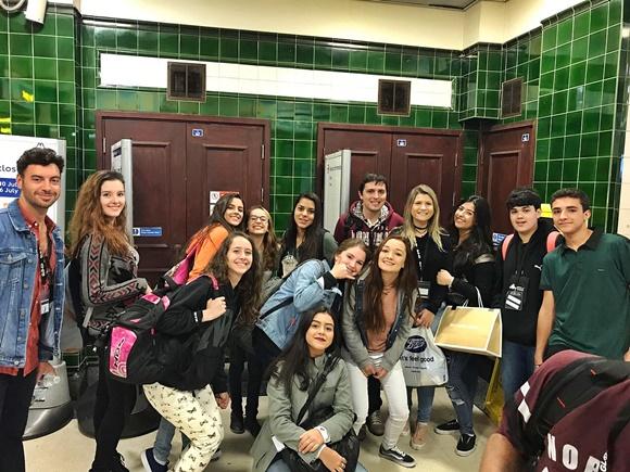 Grupo de adolescentes que viajou com a Central fazendo pose para foto na Escócia Blog Vem Por Aqui