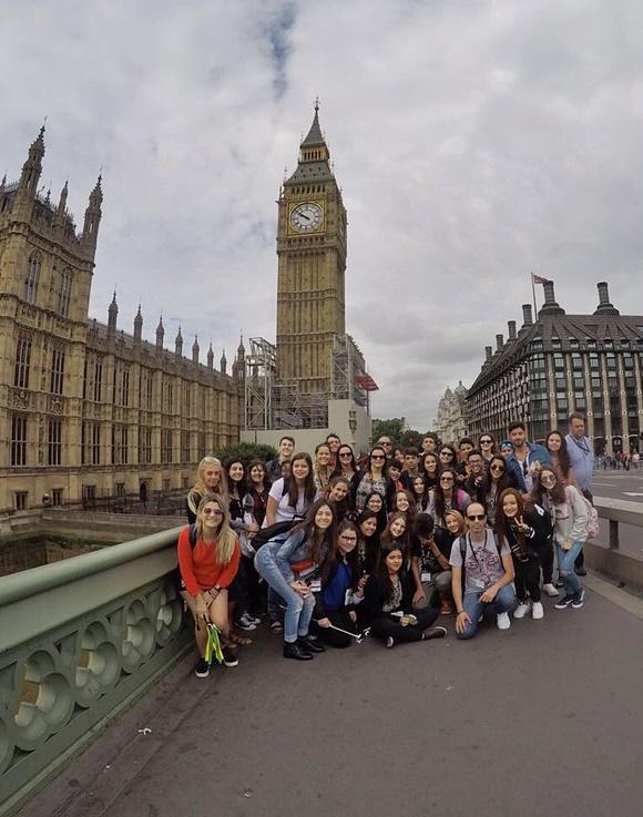 Grupo de excursão em frente ao Big Ben Blog Vem Por Aqui