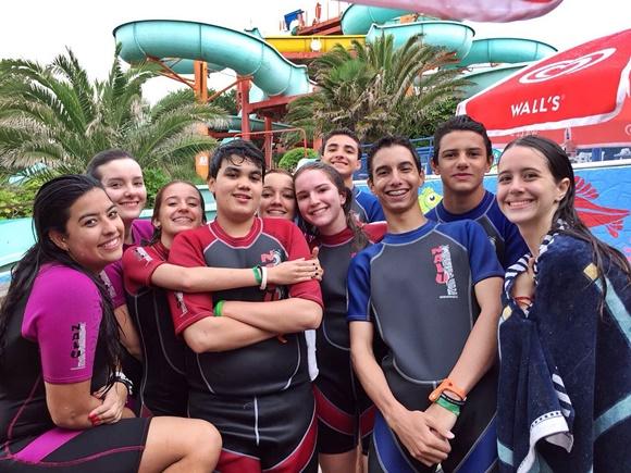 Ana e colegas com roupas de mergulho num parque aquático Blog Vem Por Aqui