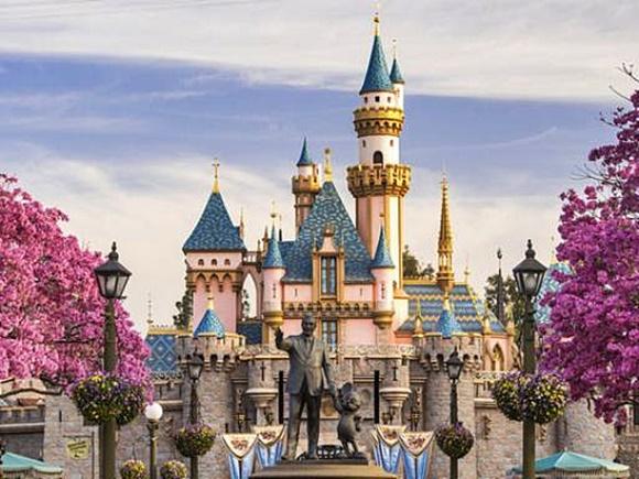 Estátua de Walt Disney com o Mickey em frente ao castelo da Cinderela Blog Vem Por Aqui