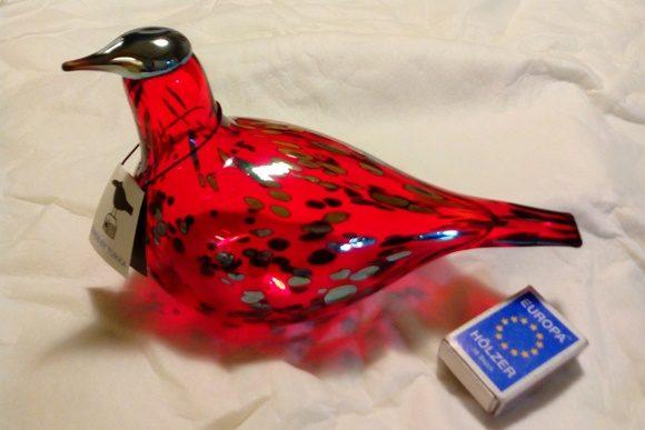 Pássaro vermelho de vidro com cabeça e pintas pretas