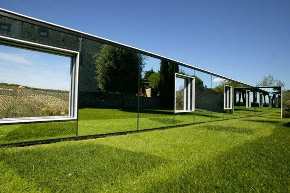 Obra de arte no jardim da vinícola, parede de espelhos com janelas no meio