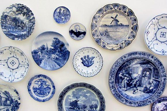 Paredes cheias de pratos azuis e brancos
