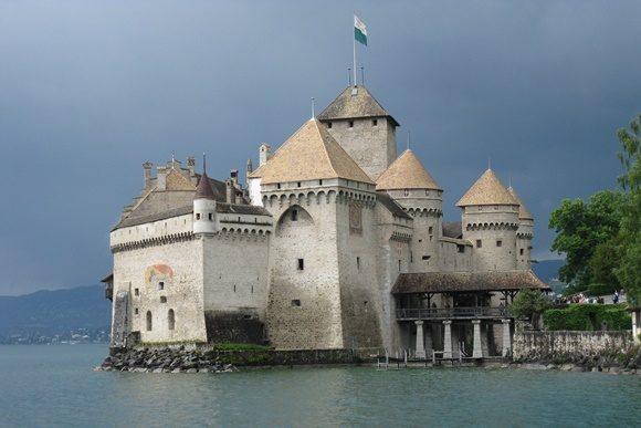 Vista do castelo com lago circundando prédio