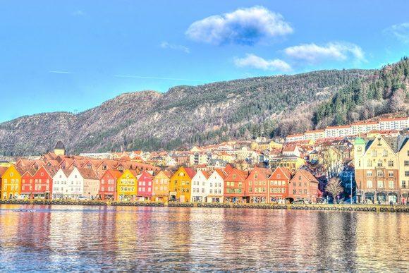 Casinhas coloridas a beira de rio em Bergen